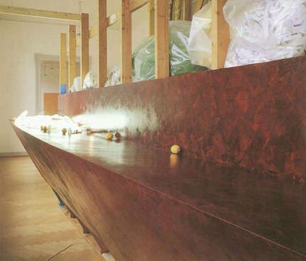 Making a Clean Edge, 1989, Mixed Media (Holz, Müllsäcke...); Leihgabe des Förderkreises für die Kunsthalle Mannheim e.V. seit 2006; Geschenk der Galerie Max Hetzler, Berlin; © Jessica Stockholder, Kunsthalle Mannheim