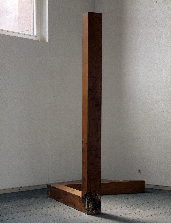 Kappa – 2 x 90° Winkel, 1987, Ulmenholz und Plexiglas; Leihgabe des Förderkreises für die Kunsthalle Mannheim e.V. seit 2001; gestiftet von Dr. h.c. Heinrich Vetter, Ilvesheim; © VG Bild-Kunst, Bonn 2013