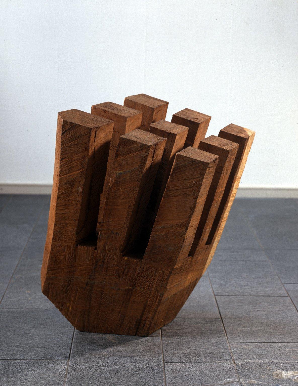 Kopfüber, 1994, Iroko-Holz (mit Farbspuren); Leihgabe des Förderkreises für die Kunsthalle Mannheim e.V. seit 1996; gestiftet von Andreas Plattner, Mannheim; © VG Bild-Kunst, Bonn 2013